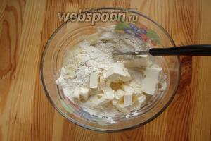 Итак, в глубокую миску отправляем муку, соду гашенную лимонным соком, и кусочки маргарина, берём нож и рубим маргарин с мукой в крошку, можно и руками.