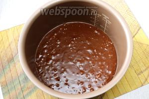 Чашу мультиварки смазываем чуть-чуть растительным маслом и выливаем тесто, по консистенции оно как «магазинная» сметана.