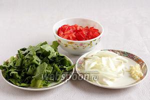 Салат крупно нарезать ножом, лук — перьями, чеснок измельчить, помидоры нарезать кубиком.