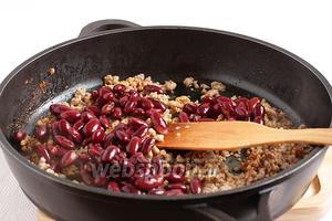 Добавить в сковороду всю фасоль с жидкостью и потушить  содержимое сковороды до выкипания жидкости, около 15 минут.