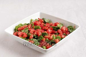 На блюдо выложить нарезанные листья салата. Поверх разложить кубики помидор.