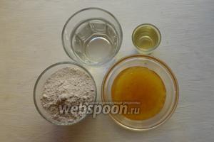 Для приготовления печенья потребуется мука ржаная, вода, мёд, подсолнечное масло, щепотка соли. Также немного масла для смазки печенья.
