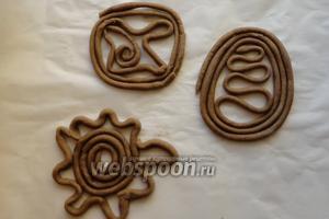 Тетёрки укладываем на противень, смазываем их подсолнечным маслом. Печенье выпекаем в разогретой до 180-190°С духовке, 20-25 минут.