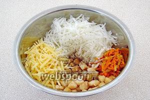 Соединить дайкон, кубики филе, морковь с луком и сыр, заправить оставшимся маслом, поперчить и посолить.