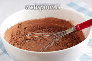 Добавить порошок какао и снова смешать всё ручным венчиком.