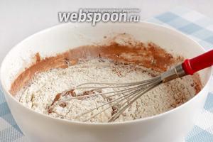 Затем всыпать муку со щепоткой соли, разрыхлителем и ванилином. Перемешать вручную до получения гладкого теста. По консистенции тесто выходит довольно жидким.
