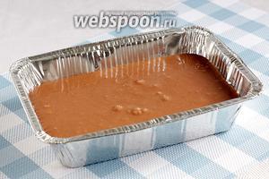 Вылить тесто в форму для выпечки и поставить в разоргетую до 180°С духовку. Выпекать 40 минут до сухой лучинки.