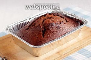 Дать кексу побыть в форме минут 15. Затем можно посыпать сахарной пудрой и подавать.