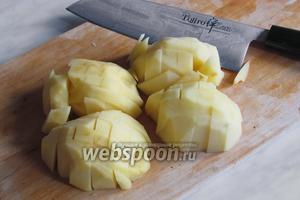 Картошку нарезать брусками.