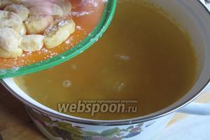 Высыпать в суп галушки по 1 штучке.