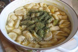 Когда суп приготовится полностью, все галушки всплывут, добавить сухую зелень и проварить 1 минуту.