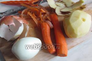 Почистить лук, морковь и картошку.