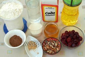 Для приготовления постного кекса нам понадобится мука, вода, сода, подсолнечное масло, какао порошок, сухой имбирь, сахар, щепотка соли, мёд, грецкие орехи и замороженная вишня. Вишню предварительно следует разморозить, а в сезон можно использовать свежую.