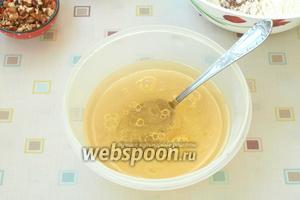 Нагреть воду, добавить в неё сахар и мёд, помешать, пока сахар частично растворится. Добавить щепотку соли и влить подсолнечное масло.