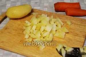 Мелким кубиком порезать картофель.