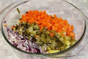 Нарезанные овощи поместить в глубокую кастрюлю.