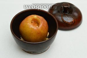 Вынуть форму из духовки и выложить яблоки вместе с орехами на порционные тарелки.