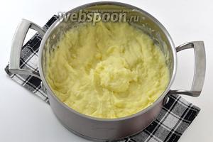 Картофельное пюре готово. Подавайте пюре горячим.