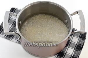 Рис хорошо промыть и залить водой.