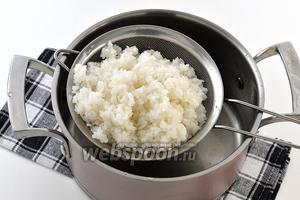 Воду слить через дуршлаг, промыть рис проточной водой.