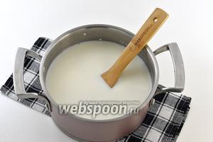Отправить рис обратно в кастрюлю. Залить закипевшим молоком.