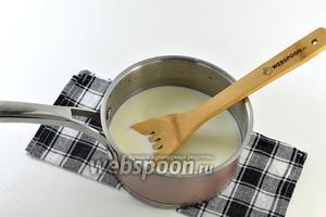 Кастрюлю с толстым дном ополоснуть холодной водой. Влить молоко в кастрюлю и довести его до кипения.