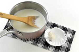 В почти закипевшее молоко добавить сахар и соль.