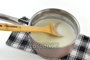 Добавить тонкой струйкой манку с водой и непрерывно помешивая варить кашу на маленьком огне 5 минут.