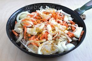 Добавьте к мясу нарезанный полукольцами лук, нарубленный чеснок и нарезанную тонкими брусочками морковь. Посолите, поперчите и приправьте порошком карри по вкусу. Готовьте ещё минут 10 до тех пор, пока овощи не станут мягкими.