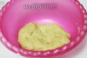 Замесить мягкое тесто, завернуть его в плёнку и положить в холодильник (до востребования). Перед выпечкой тесто достать часа за 2.
