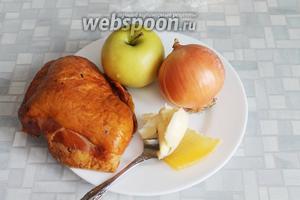 Приготовить для начинки куриный окорочок (у меня ушло 1,5 окорочка), яблоко, лук, сливочное масло и дольку сыра.