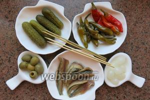 Подготовим перцы чили: красные и зелёные, лук, анчоусы, оливки зелёные, маринованные огурцы, шпажки.
