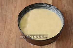Спустя время, форму для выпечки смазываем подсолнечным маслом, выливаем тесто в форму. Ставим в разогретую до 200°С духовку на 1 час. Проверяем готовность бисквита с помощью деревянной шпажки. Время приготовления может изменяться, ориентируйтесь на вашу духовку.