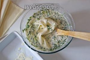 Приступаем к сборке пирога. Взять лист теста фило и выложить его в нашу молочно-сырную смесь.