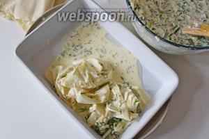 Немного скомкать и выложить в форму получившиеся «комки» из теста с сырной массой, вплотную друг к другу.