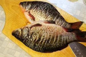 Рыбу почистить и хорошо промыть, сделать поперечные надрезы по спинке.