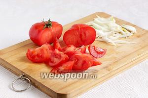 1/2 луковицы нарезать перьями и, если лук очень горький, то промыть его в холодной воде. Для этого салата  лучше взять сладкий фиолетовый лук. Помидоры нарезать дольками. Всё сложить в салатник.