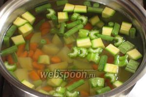 Овощи (кроме помидоров) нарезать кубиками и опустить в кипящую воду. Варить 10 минут.