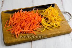 Кожуру апельсина снять дольками, срезать белый слой так, чтобы он минимально остался на дольке цедры. Залить холодной водой. Варить 10 минут. Промыть холодной водой. Морковь очистить. Нарезать цедру апельсина и морковь узкими тонкими пластинами.