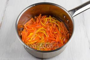 В сотейник насыпать 90 г сахара и 200 мл воды. Поставить на огонь. Когда сахар растворится, выложить в сироп подготовленные морковь и цедру. Варить под крышкой 15 минут. Оставить настояться цедру и морковь в сиропе.