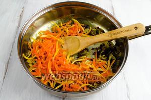 Добавить подготовленные морковь и цедру апельсина (сироп слить в чашку, он нам понадобится). Перемешать. Подержать на огне ещё 2 минуты. Отставить в сторону.