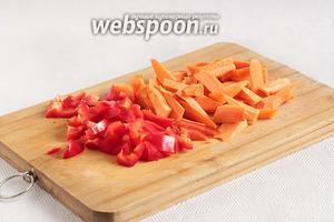 Тем временем нарезать овощи: морковь и сладкий перец.