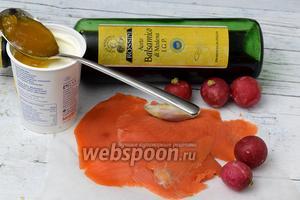 Подготовим ингредиенты: лососевые солёные и копчёные, нарезанные тонкими пластами, акациевый мёд, лук-шалот, сметану, yксус бальзамический тёмный.