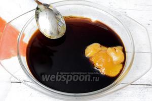 Подогреем уксус бальзамический с мёдом.