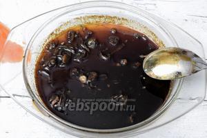 Нарезаем мелко лук и проварим на малом огне в уксусе с мёдом. Остудим.