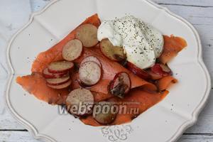 На тарелку выкладываем 1/4 порции рыбы. Сверху редис с соусом. Рядом — сметану, перчим по вкусу. Приятного аппетита!