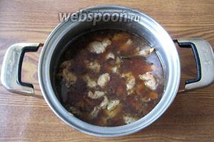 Когда свинина будет готова, выкладываем в мясо вареные  галушки и перемешиваем. Получаем тушёную свинину в густом соусе с галушками.