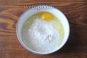 Добавляем куриное яйцо.
