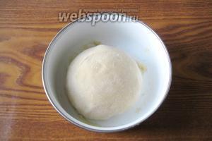 В процессе замеса теста добавляем 1 столовую ложку подсолнечного масла. Тесто должно получиться мягким и эластичным. Накрываем его полотенцем и даём «отдохнуть» 15 минут.