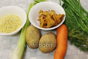Для кулеша взять пшено, картофель, морковь, лисички, сельдерей, сало, масло, зелень, соль.